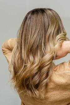 Tecnica airtouch moderna e alla moda per la tintura dei capelli