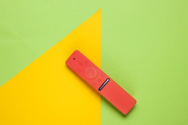 Telecomando moderno per tv in custodia su carta colorata con forme geometriche