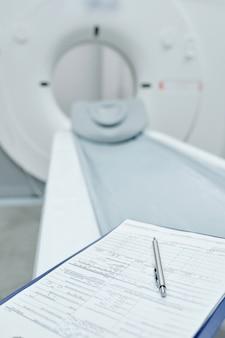 Moderna macchina ad ultrasuoni posizionata sul lettino dell'esame nella sala delle procedure della clinica