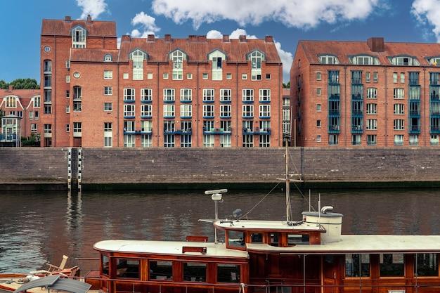 Architettura urbana moderna in europa sulla riva del fiume