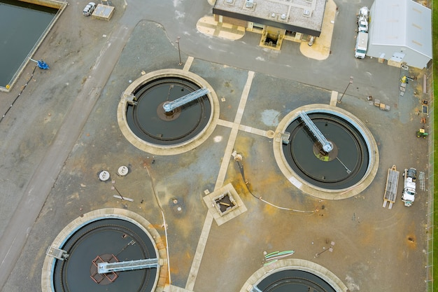 Moderno impianto di trattamento delle acque reflue urbane che elabora il serbatoio di sedimentazione del chiarificatore