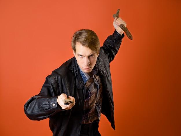 Un moderno cacciatore di vampiri, un ragazzo con una camicia casual e una giacca di pelle