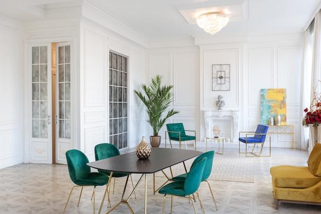 Interior design moderno e molto elegante di ampio monolocale con mobili alla moda con elementi in oro.