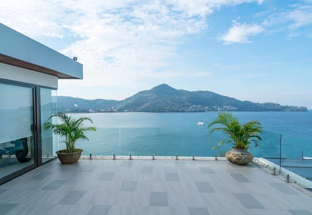 Terrazza moderna della costruzione della villa che si affaccia sull'oceano.