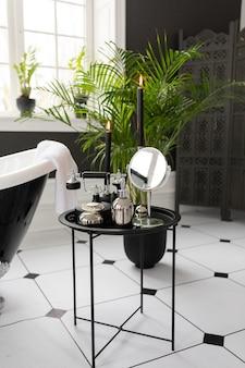 Design d'interni moderno bagno bianco e nero. elegante vasca da bagno da banco accessori per la pelle del corpo impianto di rubinetto dell'acqua.