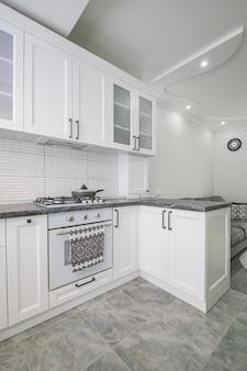 Interno bianco moderno della cucina, vista frontale