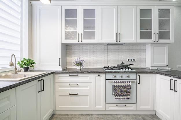 Interiore moderno della cucina bianca