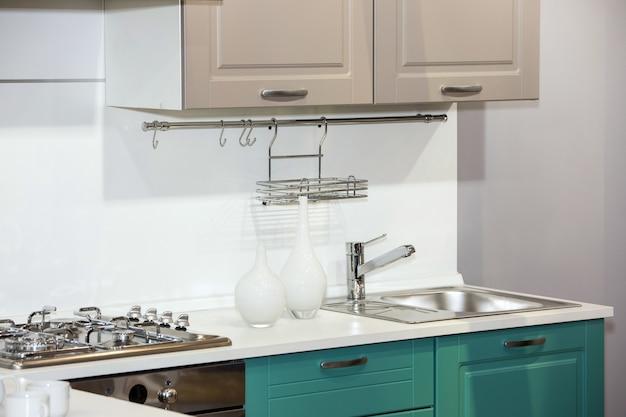 Vista interna moderna della cucina bianca