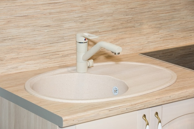 Lavandino bianco moderno nell'interno del bagno vista ravvicinata