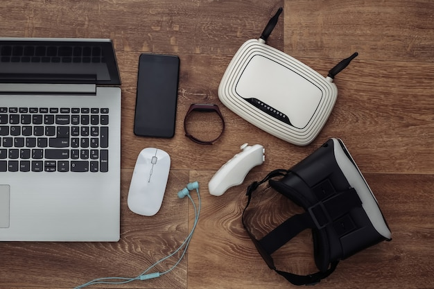 Gadget e dispositivi della gioventù moderna su fondo di legno. vista dall'alto. lay piatto