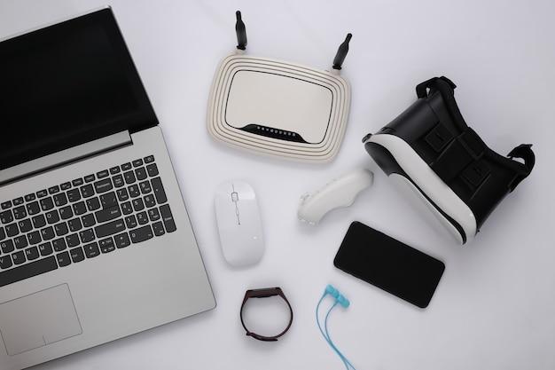 Gadget giovanili moderni su sfondo bianco. vista dall'alto. lay piatto