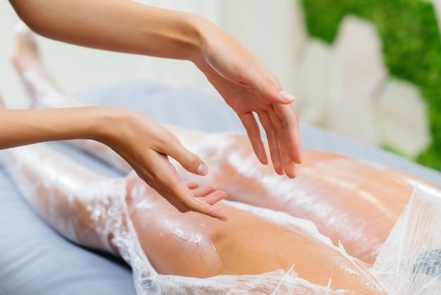 Umidità e sudore dopo un impacco di cosmetologia di una giovane ragazza in un salone di bellezza, cura della pelle. trattamenti termali nel salone di bellezza.