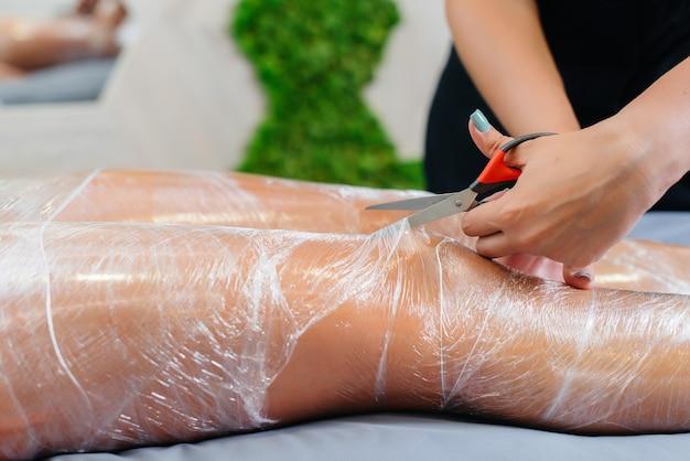 Umidità e sudore dopo un impacco cosmetologico di una giovane ragazza in un salone di bellezza, cura della pelle. trattamenti termali nel salone di bellezza.