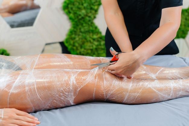 Umidità e sudore dopo un impacco di cosmetologia di una giovane ragazza in un salone di bellezza