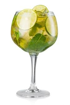 Cocktail dell'alcool di mojito isolato su bianco