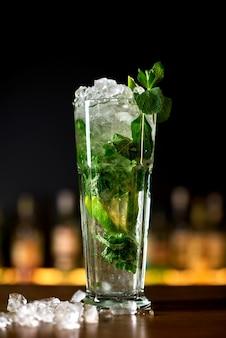 Cocktail mojito all'interno del bar moderno.