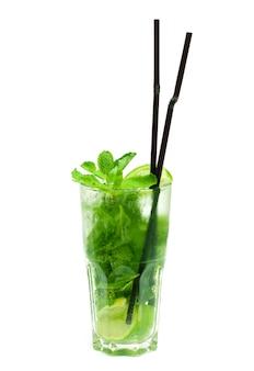 Cocktail mojito isolato su bianco