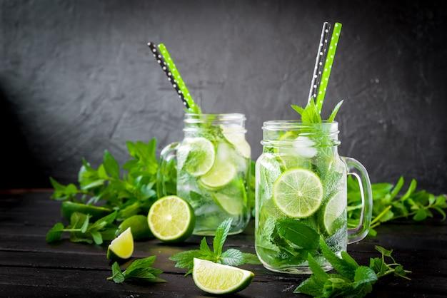 Cocktail mojito con lime e menta in bicchiere highball
