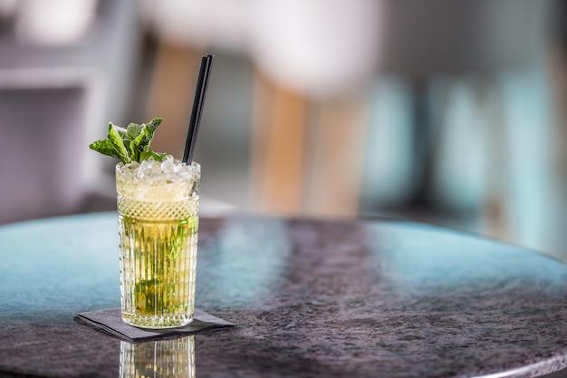 Cocktail alcolico estivo mojito sul tavolo nel ristorante.
