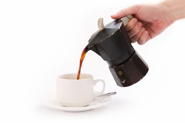 Caffettiera moka su sfondo bianco vista frontale e una tazza