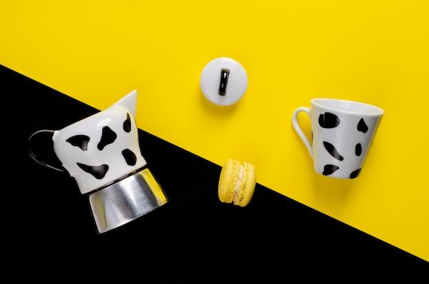 Caffettiera moka caffettiera italiana con una tazza e amaretto su giallo e nero