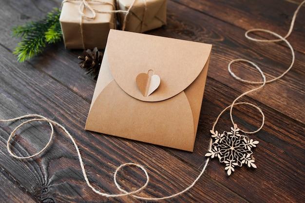 Prepara la composizione natalizia di regali e giocattoli di legno su uno sfondo di legno