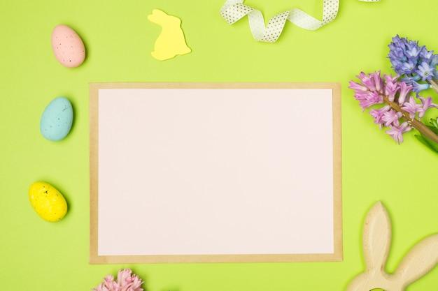 Moke-up. composizione di pasqua con giacinti, uova, coniglio e carta bianca. sfondo. concetto di pasqua. disteso,