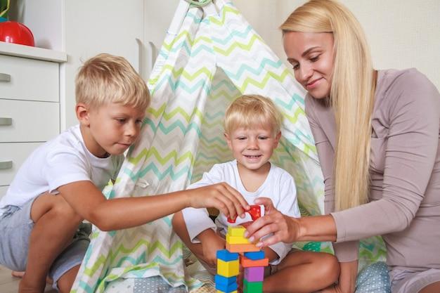 Mamma e bambino giocano insieme