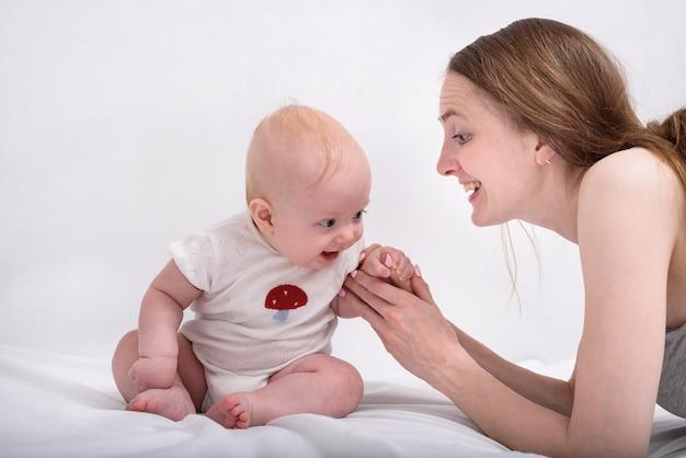 Mamma e bambino si divertono insieme. madre e bambino sorridenti. concetto di maternità felice.