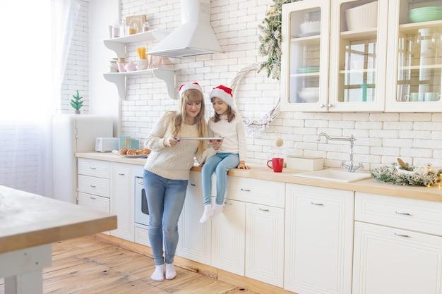 Mamma e figlia cuociono i biscotti di natale