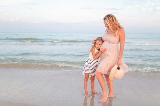 Mamma e figlia in spiaggia