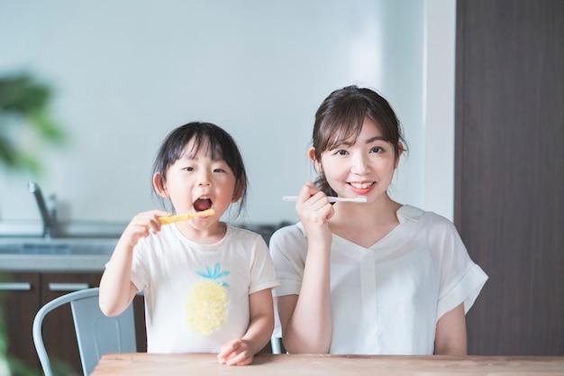 Mamma e figlia lavarsi i denti