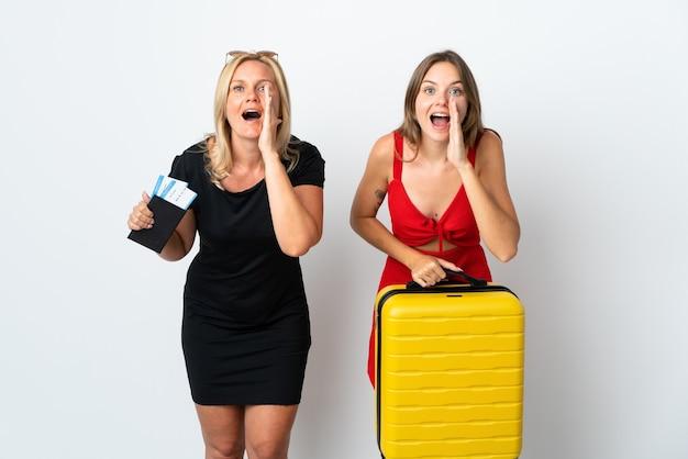 Mamma e figlia che viaggiano isolate su bianco gridando e annunciando qualcosa
