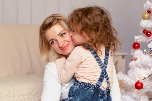 La mamma e la figlia si divertono a natale