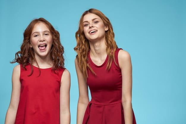 Mamma e figlia abbraccia gioia lifestyle comunicazione amicizia e sfondo blu