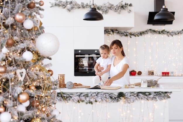 Mamma e figlia in cucina a casa nel nuovo anno