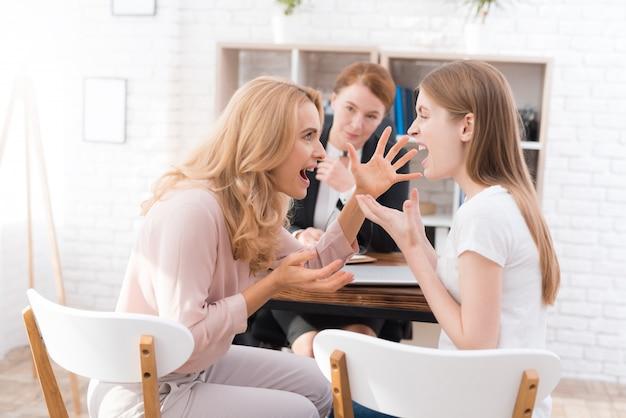 Mamma e figlia-adolescente alla reception con psicologo.