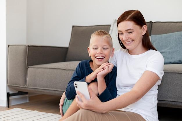 Mamma fa una videochiamata di famiglia con suo figlio