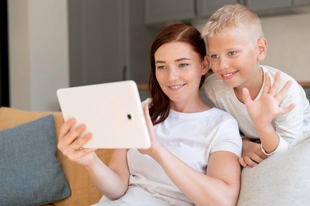 Mamma fa una videochiamata di famiglia con suo figlio Foto Premium