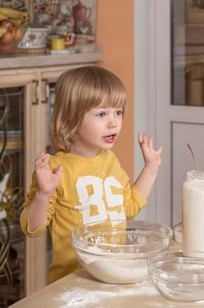 La mamma e il suo bambino stanno cucinando in cucina.