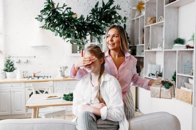 La mamma abbraccia sua figlia e fa un regalo a sua figlia Foto Premium