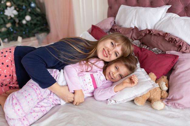 La mamma mette a letto la bambina la notte di natale