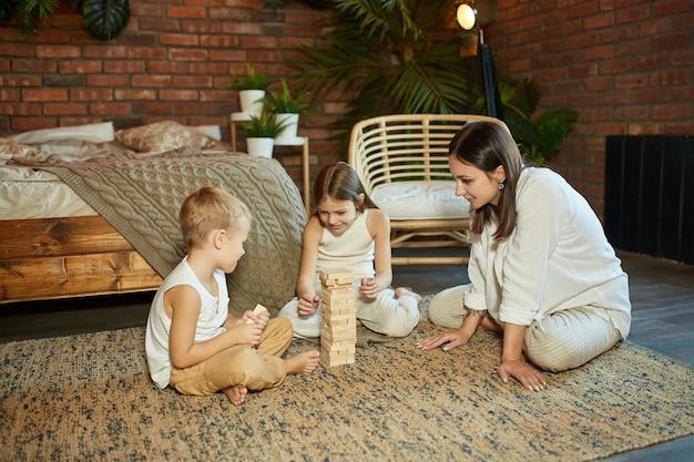 Mamma e bambini giocano a torre quadrata