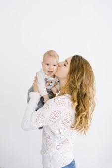 La mamma bacia il suo bambino sulla guancia