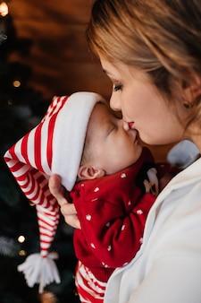 La mamma bacia un neonato