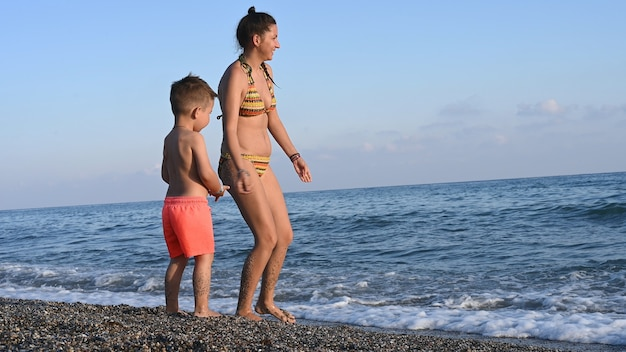 La mamma gioca con il bambino al mare