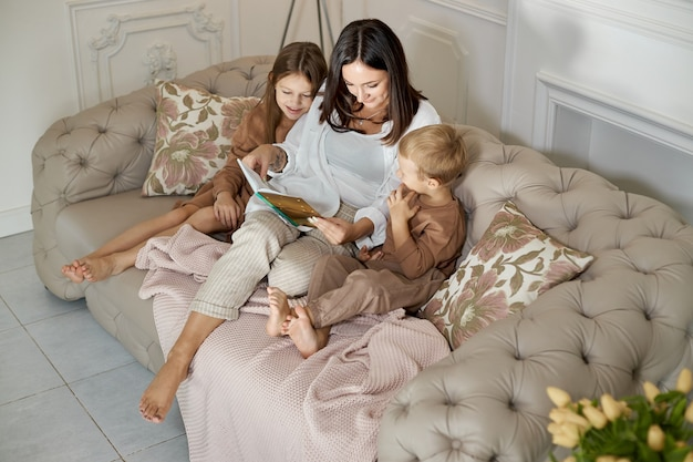 La mamma legge un libro ai bambini.