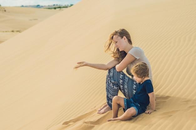 Mamma e figlio nel deserto