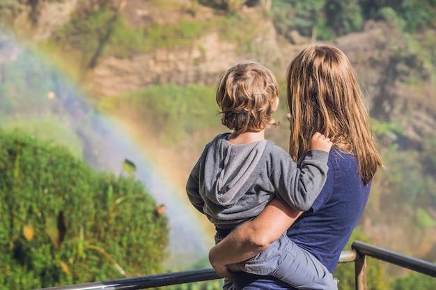 Mamma e figlio sulla superficie del maestoso paesaggio della cascata di elefanti in estate nella provincia di lam dong, dalat, vietnam