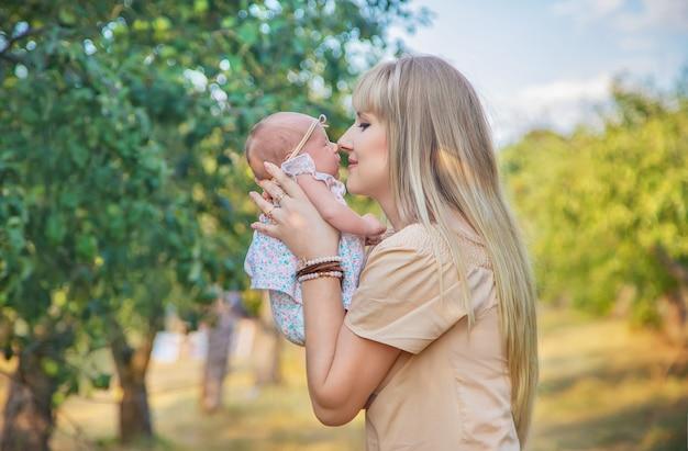 Mamma con un neonato in braccio. messa a fuoco selettiva. persone.